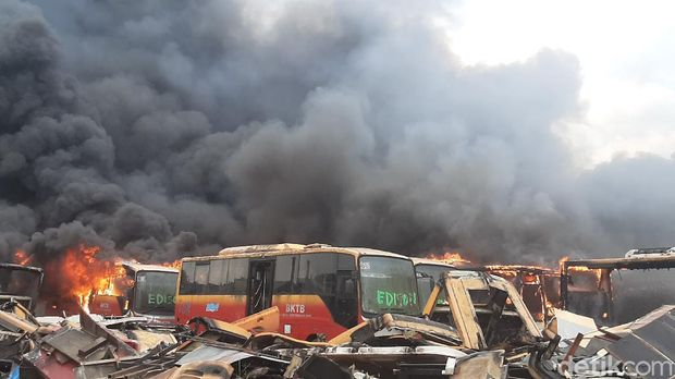 Kebakaran Bangkai Bus Trans Jakarta di Bogor