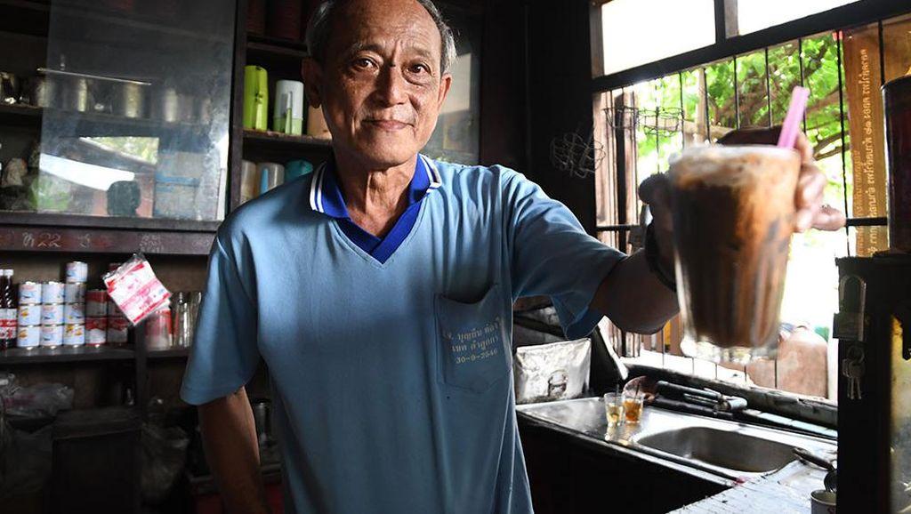 Keren! Kedai Kopi 114 Tahun Ini Masih Sajikan Racikan Kopi yang Sama