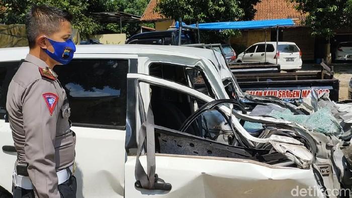 Rombongan anggota DPRD Kabupaten Malang dari Fraksi PDIP terlibat kecelakaan di Tol Ngawi-Solo. Mobil yang ditumpangi tiga anggota DPRD itu rusak parah.