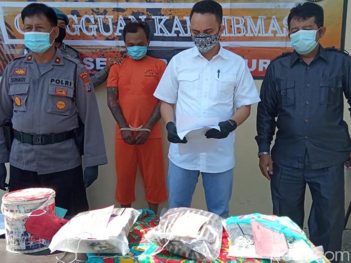 Konferensi pers pembunuhan pemuda yang mayatnya ditemukan tertutup selimut di Polsek Depok Timur, Sleman, Jumat (13/11/2020).