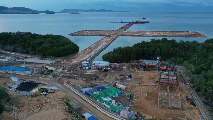 Foto udara proyek pembangunan Pelabuhan Multipurpose Wae Kelambu di Labuan Bajo, NTT, Selasa (10/11/2020). Menhub Budi Karya Sumadi mengatakan pelabuhan yang secara keseluruhan pembangunannya sudah mencapai 48,67 persen ini sangat penting untuk menunjang pariwisata, khususnya dalam memperlancar arus logistik. Pelabuhan ini pun akan dipakai lalu lintas logistik dan bongkar muat kontainer, kargo dan curah cair, sehingga akan memisahkan aktivitas pariwisata dan bongkar muat peti kemas di Pelabuhan Labuan Bajo. ANTARA FOTO/Dok BKIP Kemenhub/wsj.
