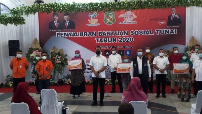 Mensos Juliari cek pembagian BST di Medan (Datuk Haris-detikcom)