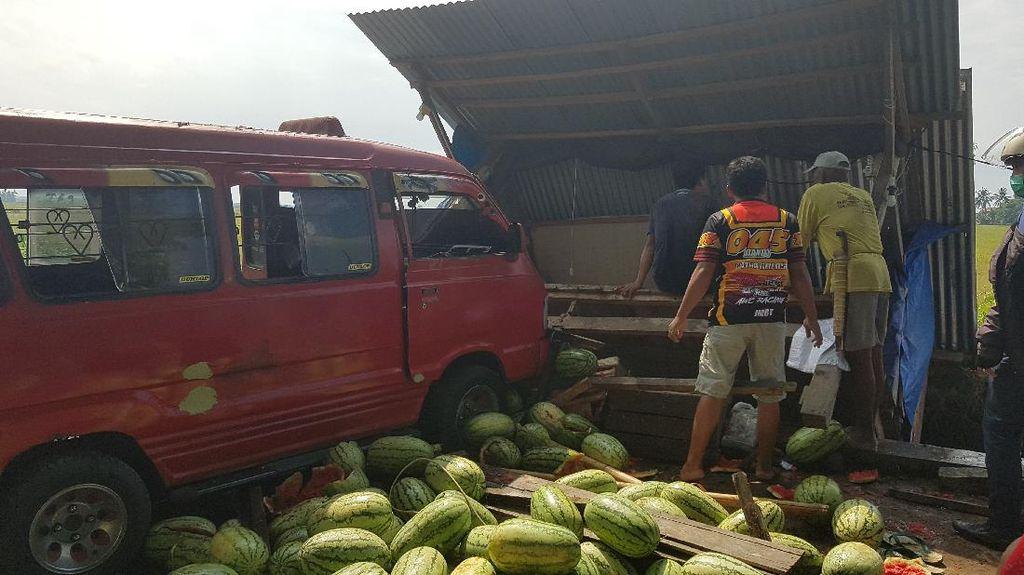 Mikrolet Seruduk Lapak Semangka di Polman, Penjual Syok