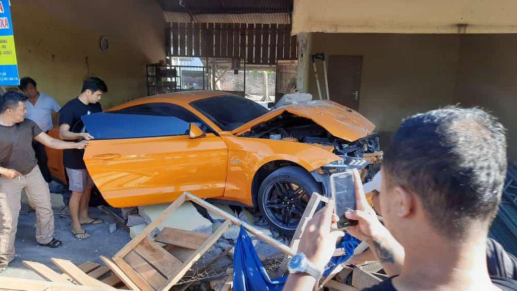 Mobil Ford Mustang Tabrak Warung Bakmi Ngebut, Pengemudi Mahasiswa