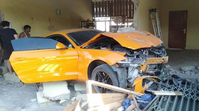 Mobil Ford Mustang menabrak warung bakmi di Babel.