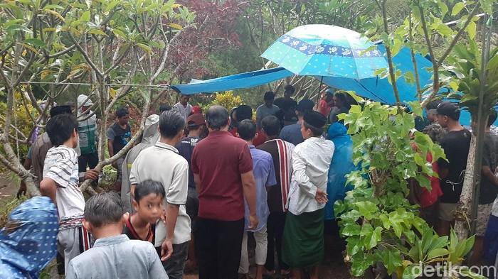Jenazah Hariyanto (54), anggota F-PDIP DPRD Kabupaten Malang telah dimakamkan. Hujan mengguyur sejak jenazah tiba di rumah duka hingga proses pemakaman selesai.
