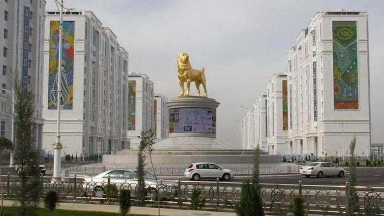 Saking sayang dengan anjing peliharaannya, Presiden Turkmenistan Gurbanguly Berdymukhamedov membuat patung anjing raksasa setinggi 6 meter di ibu kota.