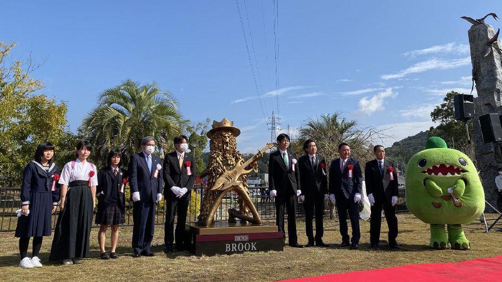 Patung Tony Tony Chopper dan Brook Bertengger di Kampung Halaman Eiichiro Oda