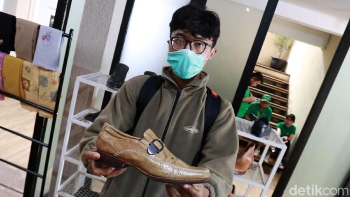 Nurman Farieka Rhamdani pemuda kelahiran 1995 itu berhasil menjadi wirausahawan muda dengan produk sepatu kulit ceker ayamnya yang sudah diekspor ke banyak negara. Tak tanggung-tanggung, omzet sepatu yang memilki bahan utama kulit ceker ayam ini menghasilkan ratusan juta setiap bulannya