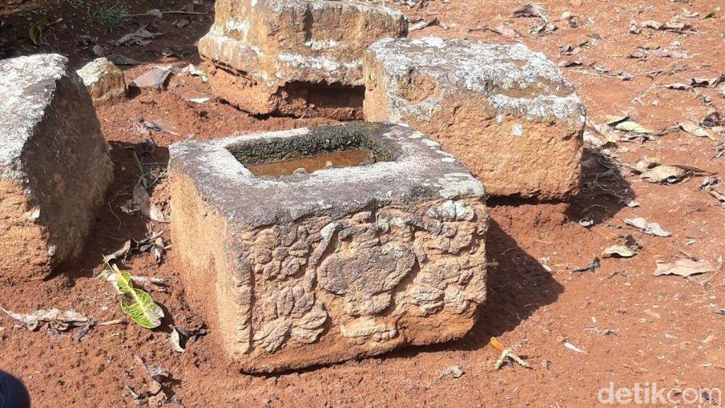 4 Batu Berukir Vas Bunga Ditemukan di Areal Pemakaman Semarang