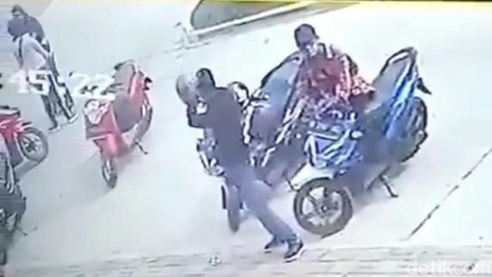 Pencuri Motor di Ciparay Bandung Terekam CCTV