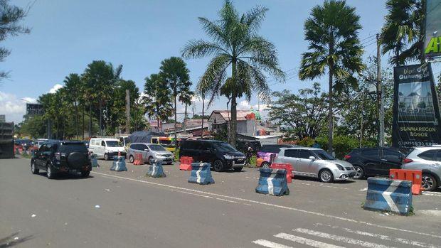 Kondisi lalu lintas dari arah exit tol Ciawi ke Puncak, Jumat (13/11/2020).