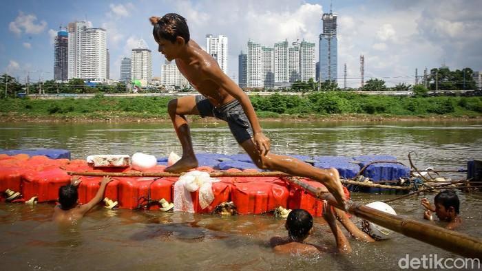 Minimnya fasilitas bermain membuat sejumlah anak-anak memanfaatkan aliran Kanal Banjir Barat ruas Pejompongan, Jakarta, untuk bermain.