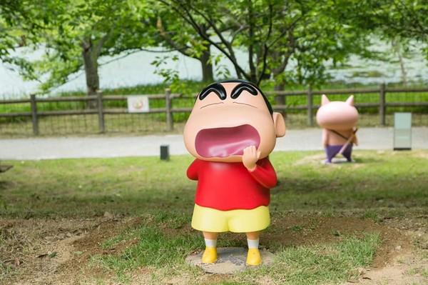 Kamu bisa melihat Sinchan di taman rekreasi Nijigen no Mori. Ada aneka pose dari anime anak kecil menggemaskan satu ini.