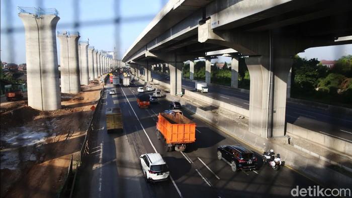 Kendaraan melintasi Tol Jakarta Cikampek di KM 11, Kota Bekasi, Jawa Barat, Jumat (13/11/2020).  Tarif Tol Jakarta-Cikampek (Japek) bakal naik. Tarifnya bakal diintegrasikan dengan tarif Tol Japek Elevated II yang selama ini masih belum dikenakan tarif.