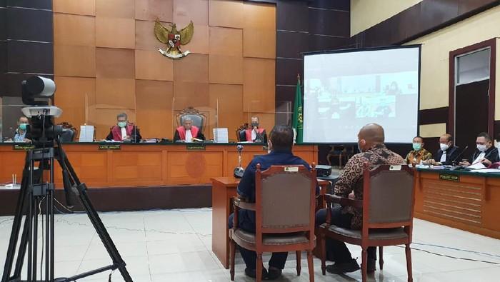 Tommy Sumardi (kiri) bersaksi di sidang perkara surat jalan palsu Djoko Tjandra, di Pengadilan Negeri Jakarta Timur, Jumat (13/11/2020).