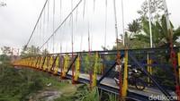 Adapun keberadaan jembatan ini sangat penting bagi warga kedua desa tersebut karena mempersingkat jarak tempuh. Jembatan ini melintang di atas Sungai Senowo.