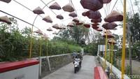 Jembatan gantung tersebut membelah di Sungai Senowo yang persis berada di Lereng Merapi.