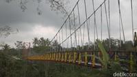 Jembatan gantung sepanjang 120 meter ini menghubungkan antara Desa Mangunsuko dan Desa Sumber, Kecamatan Dukun, Kabupaten Magelang terkenal dengan nama Jembatan Jokowi.