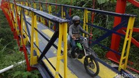Kini jembatan Jokowi mulai bersolek. Sekarang dicat dengan warna merah, biru tua dan kuning. Untuk itu, terlihat bagus dan meriah.
