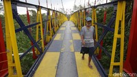 Saat mujur dari atas jembatan ini bisa melihat keindahan Gunung Merapi dari kejauhan.
