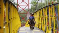 Jembatan gantung yang diresmikan langsung oleh Presiden Jokowi pada 18 September 2017 tersebut menjadi tempat wisata alternatif yang cocok untuk berfoto-foto.