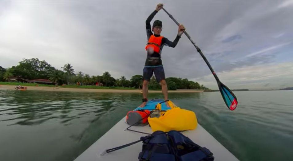 YouTuber Ini Nekat Dayung Perahu demi Makan Siang di Restoran Tengah Laut