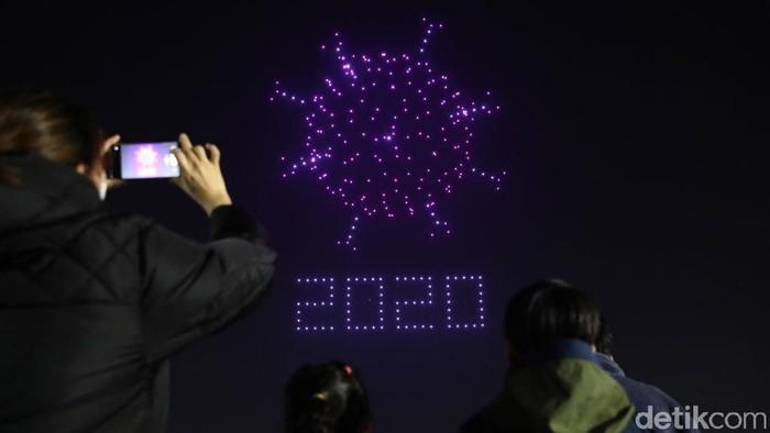 Pemerintah Korea Selatan menggelar pertunjukan drone untuk mengedukasi warga tentang virus Corona dan protokol kesehatan.