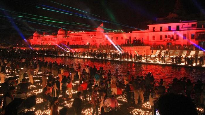 Perayaan Diwali diselenggarakan oleh umat Hindu di dunia, termasuk di India. Dan kini India kembali memecahkan rekor dunia dengan menyalakan lampu terbanyak.