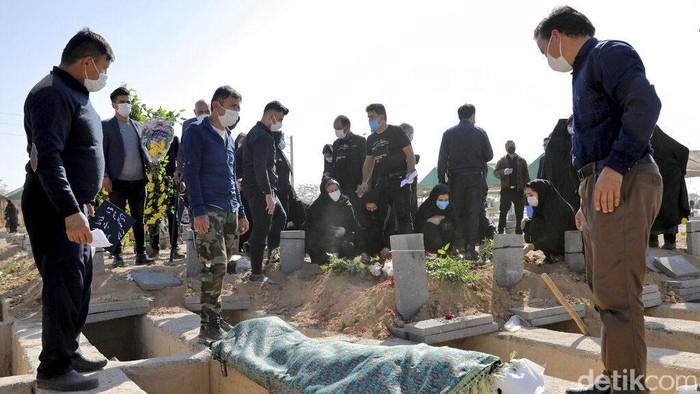 Pemakaman Behesht-e-Zahra di Teheran merupakan salah satu makam terbesar di dunia. Namun kini pemakaman itu tidak bisa menampung jenazah COVID-19 lagi di Iran.