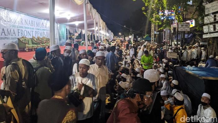 Jemaah mulai berdatangan ke Petamburan, Jakarta Pusat, untuk menghadiri perayaan Maulid Nabi Muhammad SAW dan pernikahan anak Habib Rizieq, Syarifah Najwa Syihab, Sabtu (14/11/2020).
