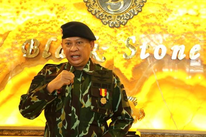 Ketua MPR RI, Bambang Soesatyo (Bamsoet) bersama Ketua DPR RI, Puan Maharani menerima anugerah Warga Kehormatan Utama Korps Brimob.