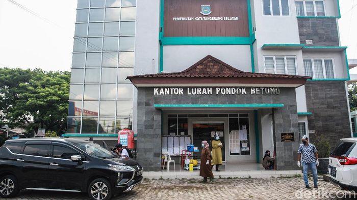 Guna meminimalisir kontak fisik, Puskesmas Pondok Betung, Tangerang Selatan, menyediakan layanan imunisasi dengan sistem drive thru. Jadi warga tidak perlu turan dari kendaraannya.