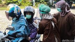 Puskesmas Pondok Betung, Tangerang Selatan, menyediakan layanan imunisasi dengan sistem drive thru. Jadi warga tidak perlu turun dari kendaraannya.