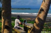 Karena itulah pantai ini ramai dikunjungi oleh wisatawan yang memang ingin menikmati keindahan patai dengan surfing (Faizal Amiruddin/detikTravel)