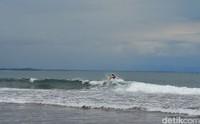 Pantai ini punya ombak yang cocok untuk surfing (Faizal Amiruddin/detikTravel)