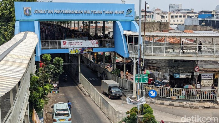 Aktivitas pedagang terlihat di Kawasan Skybridge, Tanah Abang, Jakarta Pusat, Sabtu (14/11/2020). Merebaknya pandemi Corona membuat lapak di Skybridge Tanah Abang sempat ditutup dan jam buka pasar dipangkas. Kini, kawasan tersebut buka hingga jam 5 sore.