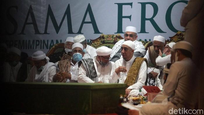 Jemaah memadati acara Maulid Nabi Muhammad SAW dan akad nikah putri Habib Rizieq Syihab di Petamburan, Sabtu (14/11/2020). Mereka berkerumun tanpa menjaga jarak.