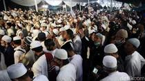 Potret Kerumunan Tanpa Jarak di Acara Maulid-Pernikahan Putri Habib Rizieq