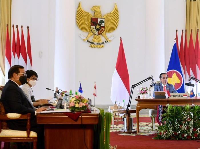 Presiden Jokowi didampingi Seskab Pramono Anung dan Menlu Retno Marsudi mengikuti KTT ASEAN-Australia secara virtual dari Istana Kepresidenan Bogor, Sabtu (14/11). (Foto: Biro Pers Setpres/Muchlis Jr)