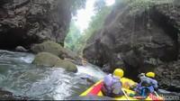 Setelah melewati hampir separuh aliran Sungai Pekalen yang dilintasi, kecuraman bebatuan membuat beberapa perahu karet peserta rafting banyak yang nyangkut di bongkahan batu besar yang tepat berada di tengah-tengah sungai (M Rofiq/detikTravel)