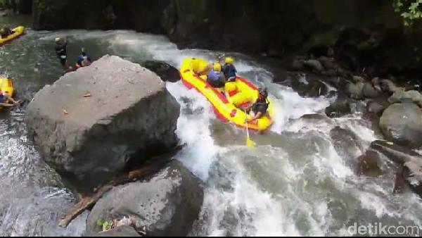 Awalnya rute yang dilewati tidak terlalu mengkhawatirkan. Selain arus airnya tidak terlalu deras, bongkahan bebatuan juga tidak terlalu besar (M Rofiq/detikTravel)