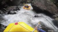 Berawal berangkat dari pos finish, peserta rafting yang sudah memakai perlengkapan keselamatan, seperti helm dan jaket pelampung berangkat menuju garis start di Sungai Pekalen (M Rofiq/detikTravel)