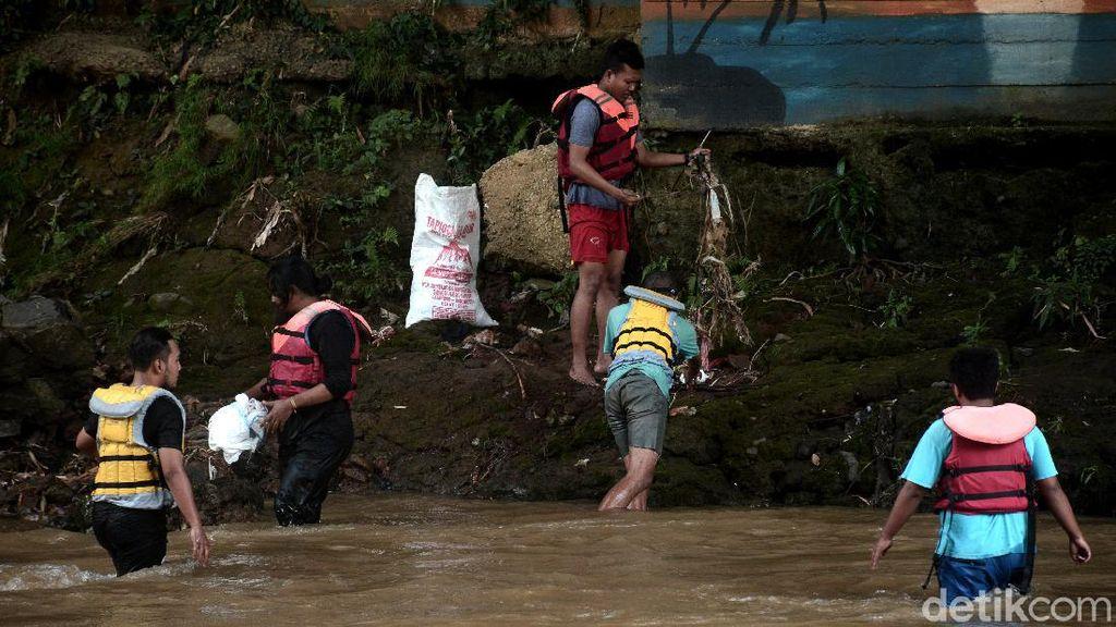 Relawan Kumpulkan 700 Kg Sampah di Sungai Ciliwung