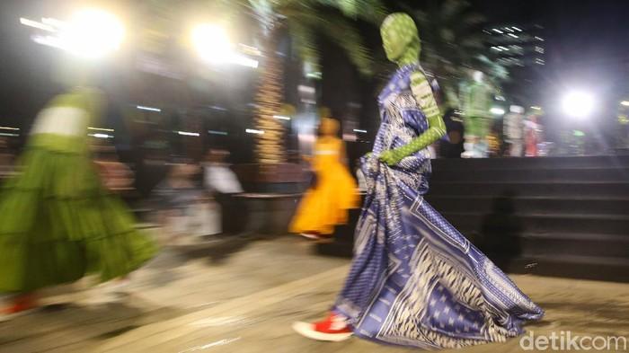 Di tengah pandemi COVID-19 yang belum mereda, ajang fashion show di Ibu Kota pun kini sudah mulai kembali ada. Beginilah potretnya.