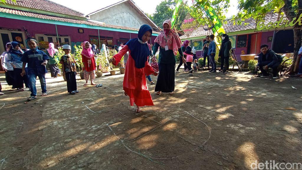 Anak - anak di Dukuh Piji Wetan Desa Lau, Kecamatan Dawe, Kudus tengah asik bermain permainan tradisional, Minggu (15/11/2020)