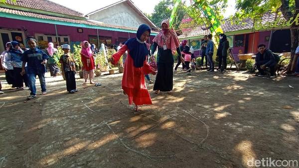Taman dolanan tradisional merupakan satu rangkaian dari Kampung Budaya Piji Wetan. Tujuannya untuk melestarikan dan mengenalkan kepada generasi muda. Apalagi saat ini permainan tersebut mulai pudar karena kecanggihan dunia digital.