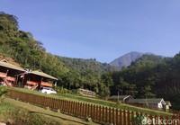 Jika ingin bermalam, pengunjung bisa menyewa villa. Ada beberapa vila yang disediakan, yakni vila dwipayana berjumlah hanya dua unit saja.