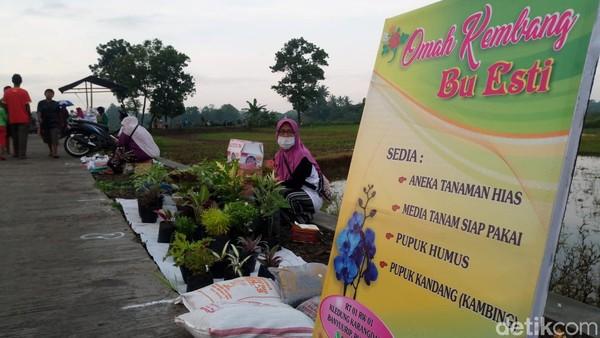 Selain itu, kerajinan, pupuk, bibit tanaman, tanaman hias hingga pakaian juga ditawarkan oleh para pedagang. (Foto: Rinto Heksantoro/detikcom)