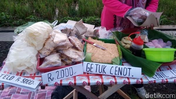 Pasar Tiban Dalling sendiri mulai buka sejak pukul 06.00 WIB dan sebelum pukul 09.00 WIB biasanya dagangan yang disajikan sudah ludes. (Foto: Rinto Heksantoro/detikcom)
